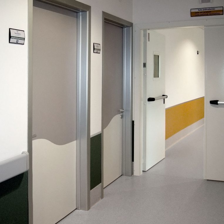 porta tecnica ospedale alluminio