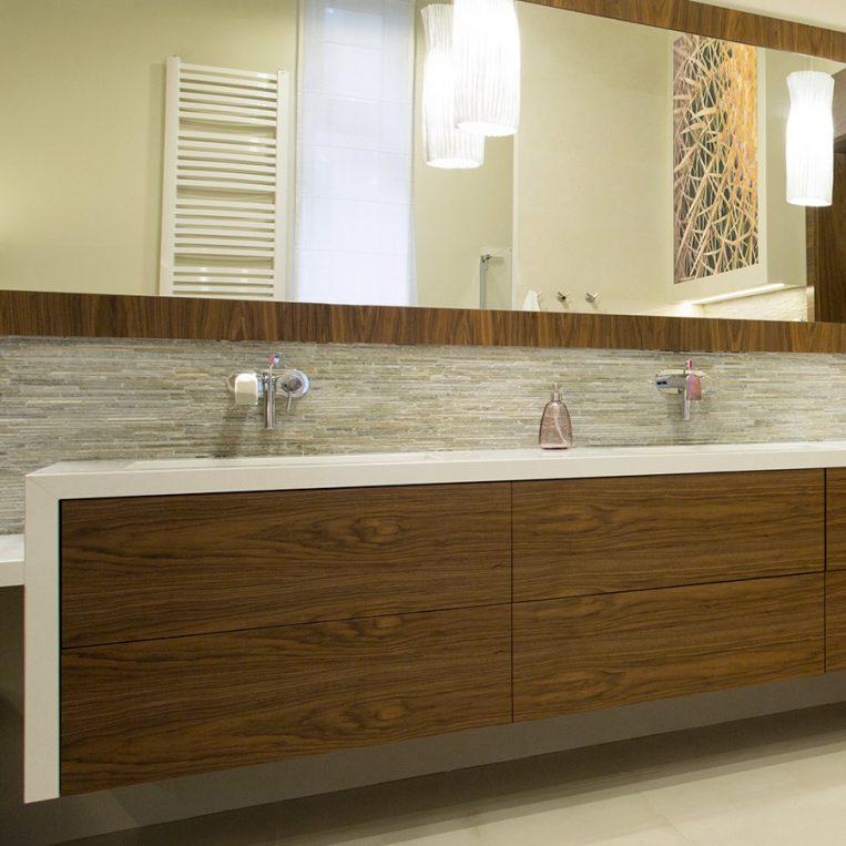 dettaglio complementi su misura in legno per bagno
